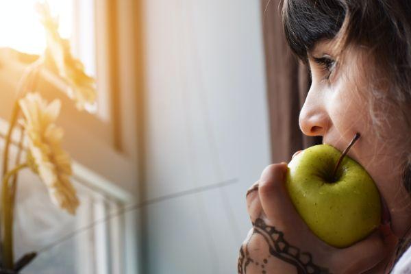 りんごを食べる女性