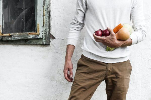 果物を持つ男性