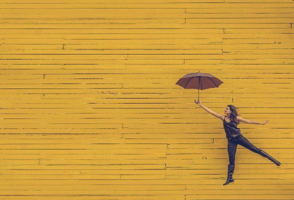 傘を持って喜ぶ女性