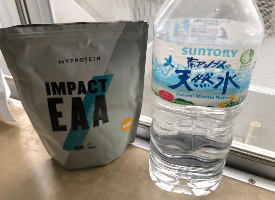 マイプロテインのEAA「トロピカル味」と水