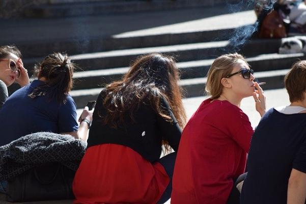 公園に座る人々