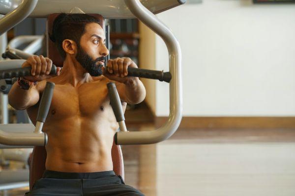 トレーニングする男性